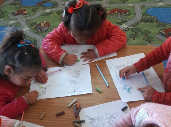 Okul Oncesi Ogrencilerimizin Ayni Olan Nesneleri Boyama Etkinligi